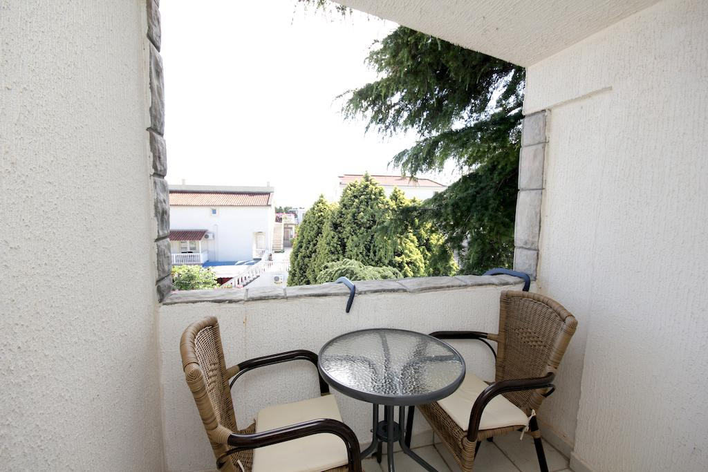 One bedroom apartment with balcony terrace destinelo for Balcony terrace